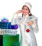 La jeune fille de neige avec des cadeaux pour Noël Images stock