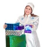 La jeune fille de neige avec des cadeaux pour Noël Photos libres de droits