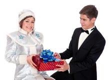 La jeune fille de neige donne les présents pour Noël Images stock