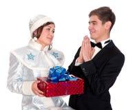 La jeune fille de neige donne les présents pour Noël Photos stock