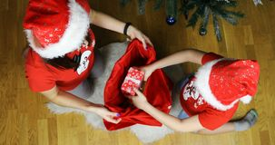 La jeune fille de neige et son assistant ont mis des cadeaux dans un sac rouge de nouvelle année banque de vidéos