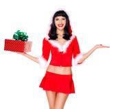 La jeune fille de neige tient l'anr de boîte-cadeau de Noël quelque chose sur la main vide Photographie stock libre de droits