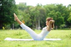 La jeune fille de sport font le yoga Images stock
