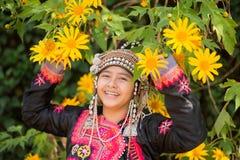 La jeune fille de tribu de colline de beau sourire en tournesols font du jardinage Photographie stock