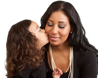 La jeune fille embrasse sa mère Image stock