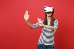 La jeune fille en verres de réalité virtuelle touchent quelque chose comme le bouton ON de poussée se dirigeant à flotter l'écran images libres de droits