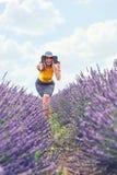 La jeune fille est dans le domaine de lavande, beau paysage d'été photographie stock libre de droits