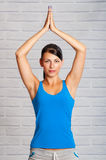 La jeune fille est engagée dans le yoga Image libre de droits