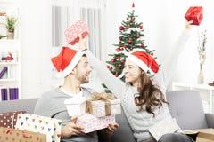 La jeune fille est heureuse au sujet des cadeaux de Noël Photographie stock