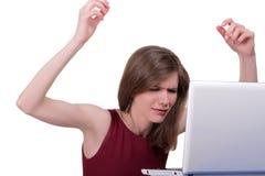 La jeune fille est nerveuse avec l'ordinateur Image stock