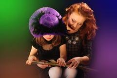 La jeune fille et la mère mûre chez Halloween font la fête Images libres de droits