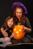 La jeune fille et la mère mûre chez Halloween font la fête Image libre de droits