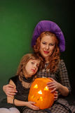 La jeune fille et la mère mûre chez Halloween font la fête Photographie stock