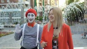 La jeune fille et le pantomime partent banque de vidéos
