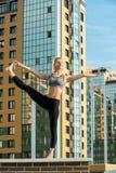 La jeune fille faisant le yoga exerce le tir de -de-portes Photo stock