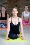La jeune fille fait étirer l'exercice de yoga Photo stock