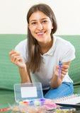 La jeune fille fait le bracelet décoratif photo libre de droits