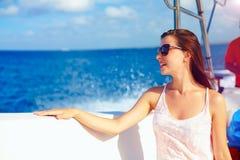 La jeune fille heureuse apprécie des vacances d'été dans la croisière d'océan sur le hors-bord Photo libre de droits
