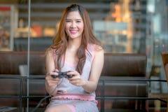 La jeune fille jouant le jeu vidéo Images libres de droits