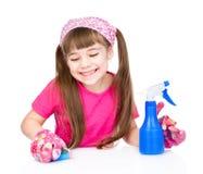 La jeune fille lave la table sur le fond blanc Photos libres de droits