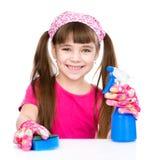 La jeune fille lave la table sur le fond blanc Images stock