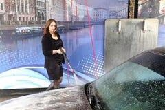 La jeune fille lave la voiture Images libres de droits