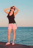 La jeune fille les prennent un bain de soleil sur le pont Image libre de droits