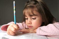 La jeune fille lui écrivent le travail images stock