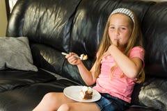 La jeune fille mange le dessert Photos libres de droits
