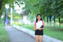 La jeune fille marchant en parc sont démarche de marche image libre de droits