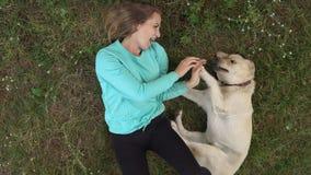 La jeune fille marche avec le chien dans la forêt Images libres de droits
