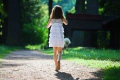 La jeune fille marche sur un chemin forestier Images stock