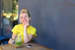 La jeune fille merveilleuse regarde en avant, souriant, souriant largement, ho Image stock