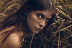 La jeune fille mignonne avec des taches de rousseur se ferment vers le haut du portrait photo stock