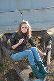 La jeune fille a mis un pied sur une roue Photos libres de droits