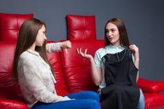 La jeune fille montre les costumes à l'amie Image stock