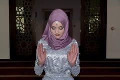 La jeune fille musulmane prient dans la mosquée Photo stock