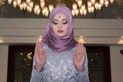 La jeune fille musulmane prient dans la mosquée Photographie stock