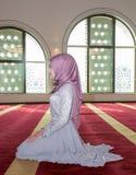 La jeune fille musulmane prient dans la mosquée Images libres de droits