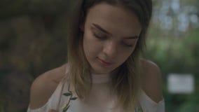 La jeune fille note des pensées se reposant dehors banque de vidéos