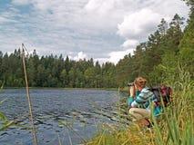 La jeune fille observe les lis d'eau blanche Image libre de droits
