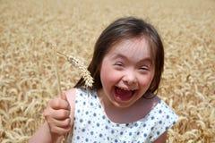 La jeune fille ont l'amusement dans le domaine de blé Images libres de droits