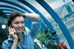 La jeune fille parle par le téléphone Image libre de droits