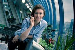 la jeune fille parle par le téléphone Photographie stock libre de droits