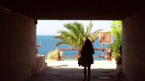 La jeune fille passe par le tonel à la mer banque de vidéos