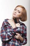 La jeune fille pensive dans une relation étroite et une chemise Photo libre de droits