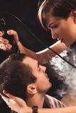 La jeune fille punk coupe son ami Photo libre de droits