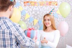 La jeune fille reçoit le cadeau d'anniversaire image libre de droits