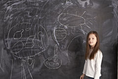 La jeune fille reste au tableau noir photos libres de droits
