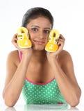 La jeune fille retient de petits butins de chéri dans sa paume Image stock